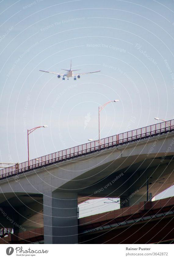 Ein Flugzeug während des Anfluges in Lissabon, Portugal Flugreisen Fluggerät Verkehrsflugzeug Flughafen nähern Luftverkehr blau Business Ladung Motor Fliege
