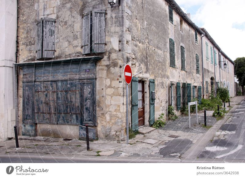 straßenecke in saint-martin-de-ré häuser häuserzeile altbau reihenhäuser wohnhäuser gebäude fassade fensterladen fensterläden geschlossen architektur