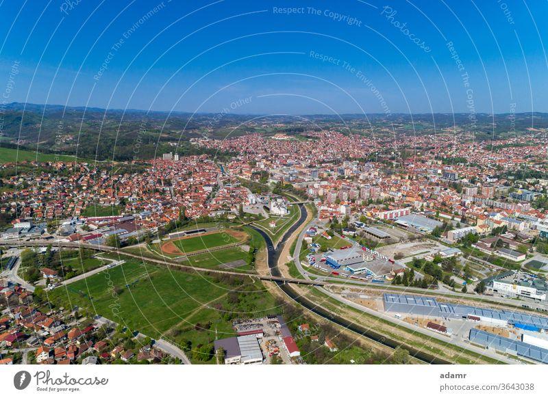 Valjevo, Luftbildpanorama der Stadt in Serbien Kolubara Gradac Balkan Europa reisen Landschaft Frühling Umwelt grün im Freien Antenne Großstadt Himmel Historie