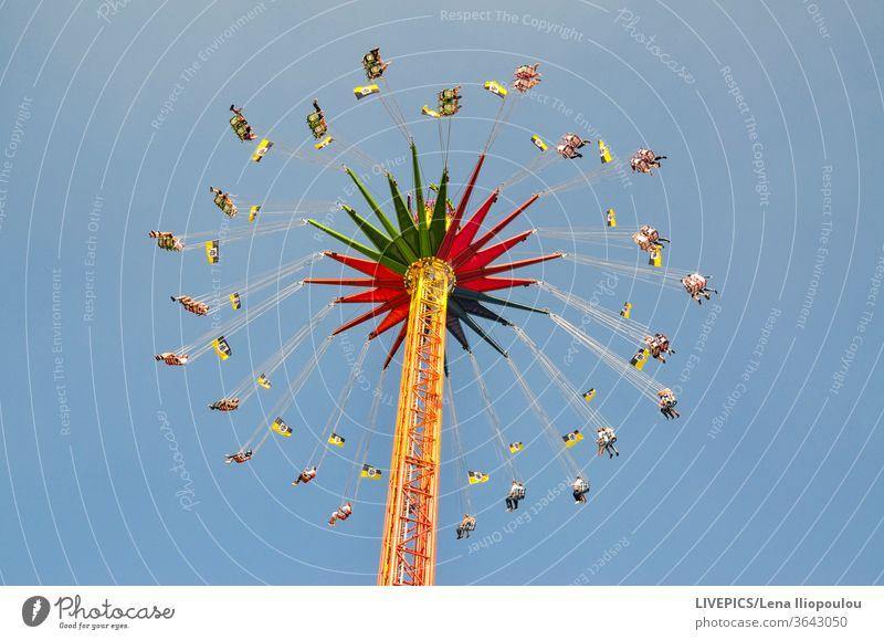Menschen auf dem Karussell Oktoberfest Anziehungskraft Attraktionspark blau farbenfroh Farben hoch Textfreiraum Tag Tageslicht Freizeit Spaß Bewegung Drehung