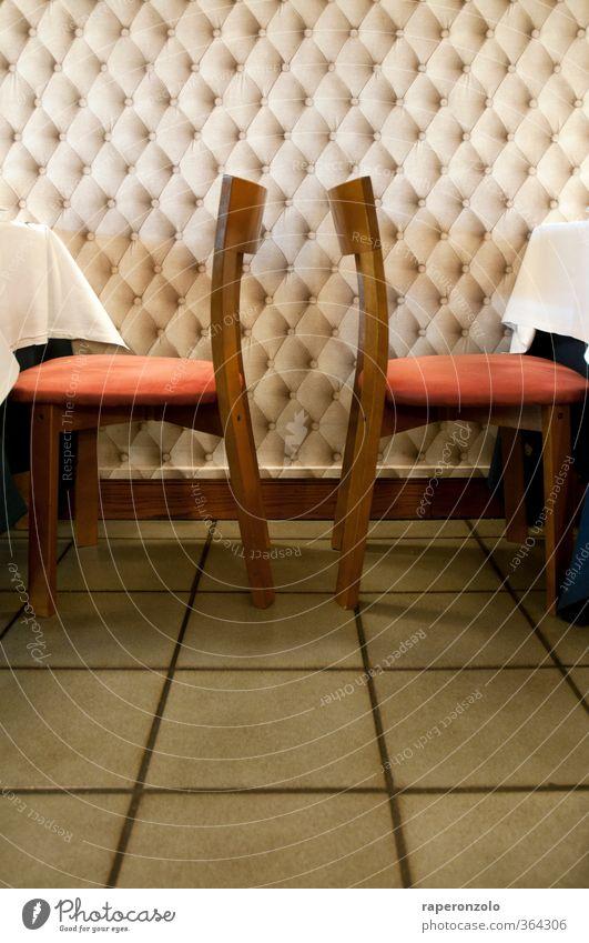 Zwischen den Stühlen ... ist gar kein Platz Abendessen Geschäftsessen Lifestyle Stil Stuhl Tisch Raum Essen sitzen rot Völlerei Restaurant dazwischen Bodenbelag