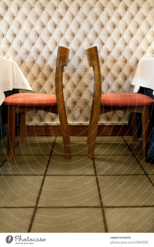 Zwischen den Stühlen ... ist gar kein Platz rot Stil Essen Raum sitzen Lifestyle Tisch Bodenbelag Stuhl Gastronomie ausdruckslos Restaurant Abendessen