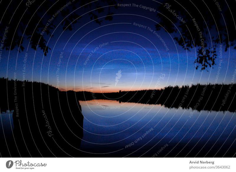 Blaue Stunde über einem abgelegenen See im ländlichen Schweden allein Hintergrund schön Schönheit blau Ast Wolken Farbe Abenddämmerung Horizont Insel Landschaft