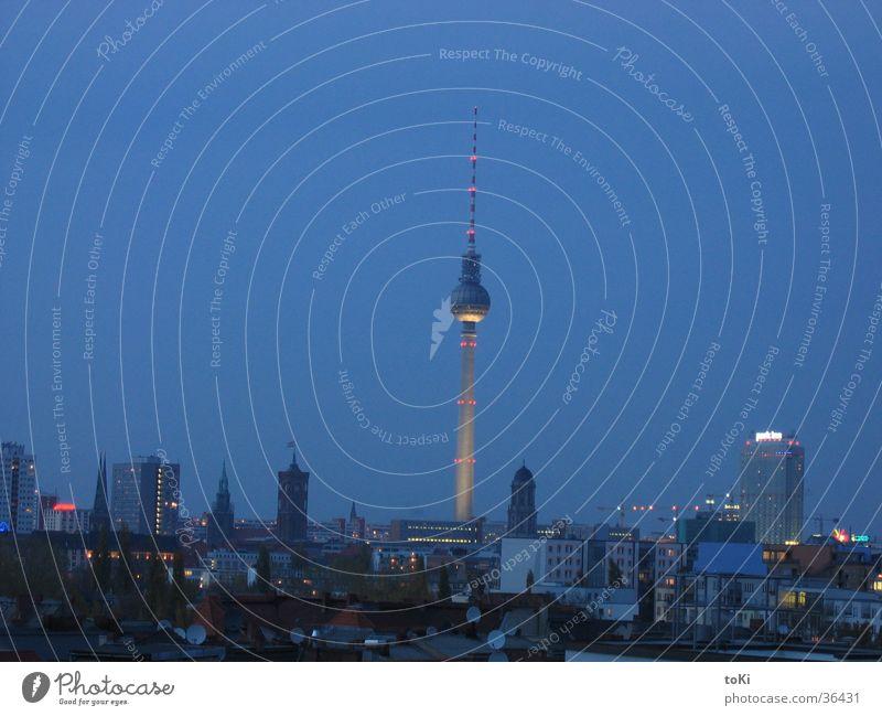 fernsehturm blau dunkel Berlin Kommunizieren Denkmal Wahrzeichen Berliner Fernsehturm