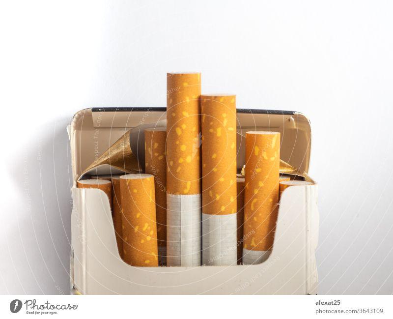 Zigarettenpackung auf weißem Hintergrund Süchtige Sucht schlechte Gewohnheit Haufen Krebs Baumwolle Schaden Gefahr Tod Medikament Filter Menschengruppe Habitus