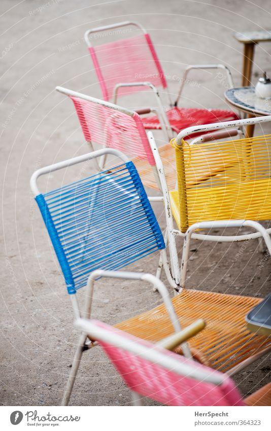 Alles bereit für die Hochsaison Städtereise Sommer Stuhl Tisch Restaurant ausgehen Essen Berlin alt trendy trashig Stadt mehrfarbig Café Straßencafé Einsamkeit