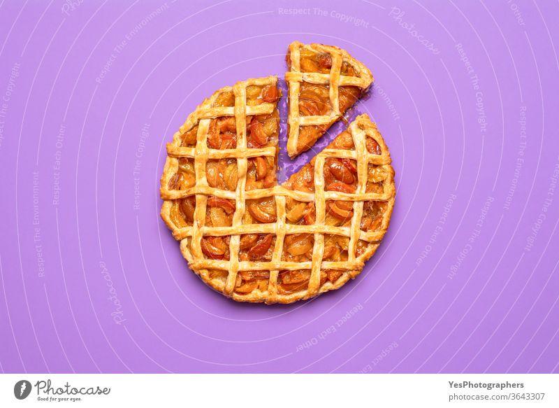Aprikosenkuchen mit einem Stück in Scheiben geschnitten. Draufsicht auf eine Torte mit Gitterkruste obere Ansicht Amerikaner Herbst Bäckerei Frühstück Kuchen