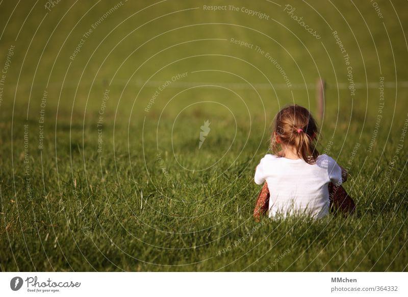 let your clarity define you Mensch Kind Natur grün Erholung Mädchen ruhig Wiese feminin Gras Garten Kindheit Kraft Erde sitzen Zufriedenheit