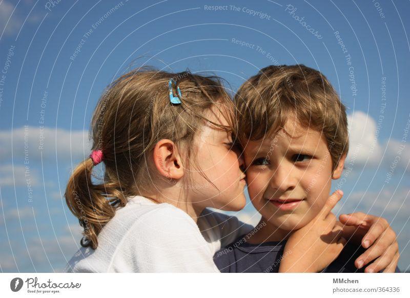 it`s the heart that really matters in the end Mädchen Junge 2 Mensch 3-8 Jahre Kind Kindheit berühren Küssen Lächeln Liebe Umarmen Geschwister Himmel
