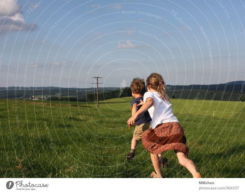 Gleich hab´ ich dich! Mensch Kind Himmel Sommer Mädchen Freude Wiese Bewegung Gras Spielen Junge träumen Freundschaft Freizeit & Hobby Kindheit Kraft