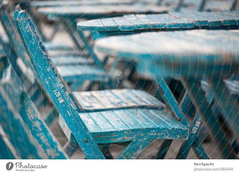 Vintage Blue (II) Stuhl Tisch Stadt Holz alt ästhetisch trendy retro trashig unten blau Café Straßencafé Menschenleer Einsamkeit aufgereiht Holztisch Holzstuhl
