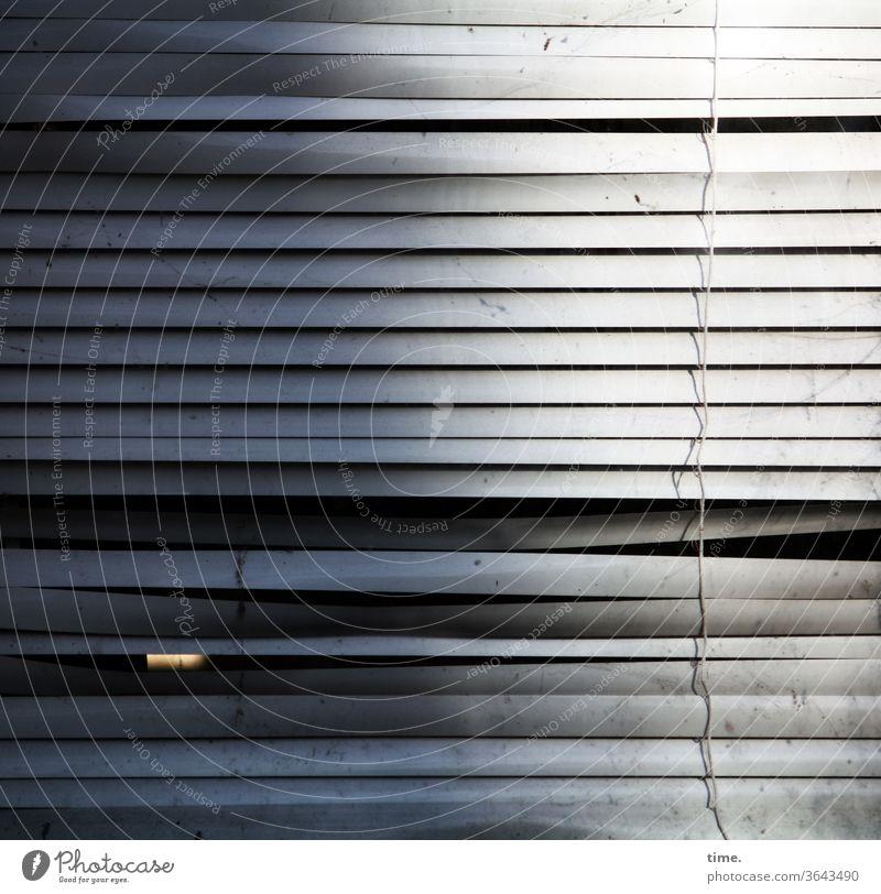 die Szene blinzelt urban jalousie stadt skurril fassade perpektive fenster grau quer parallel waagerecht inspiration rätsel oberfläche absatzkante eintönig
