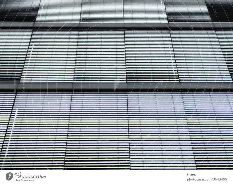 geschlossene Gesellschaft urban jalousie stadt skurril fassade perpektive fenster grau quer parallel waagerecht inspiration rätsel oberfläche absatzkante hoch