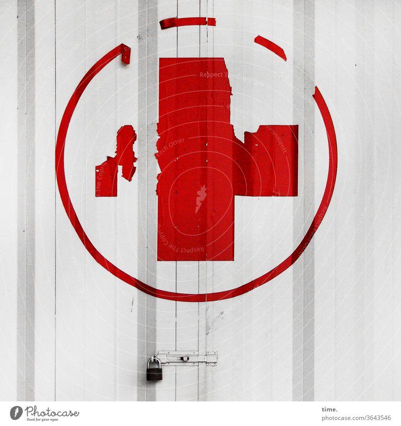 ziemlich dicht folie alt rotkreuz metall abgenutzt tageslicht gebäude sicherheit türschloss schutz halt hilfe kreis linien reste verklebt lost place Erste Hilfe