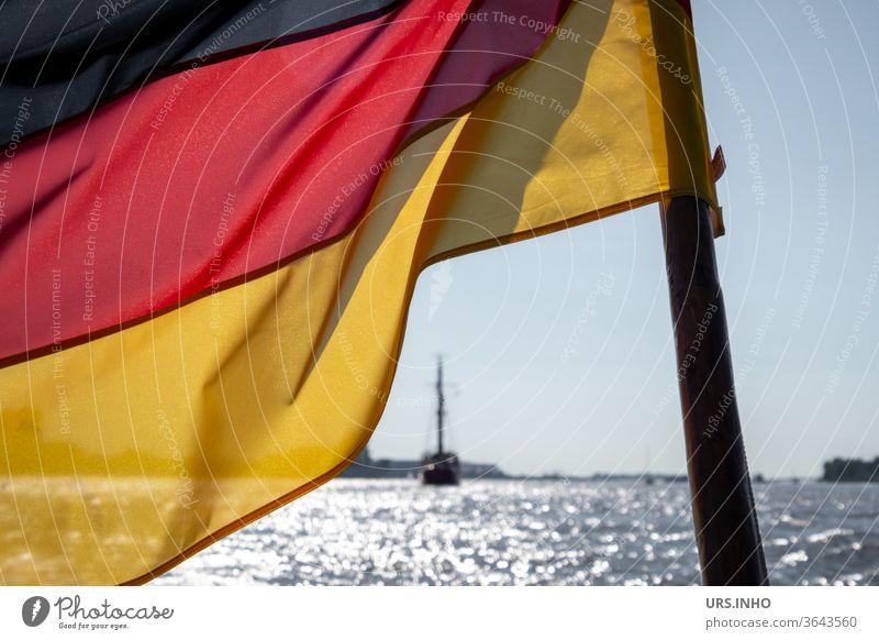 die Deutschlandflagge weht im Wind des Meeres schwarz rot gold Deutsche Flagge Politik & Staat Patriotismus Außenaufnahme Menschenleer Fahne Nationalflagge