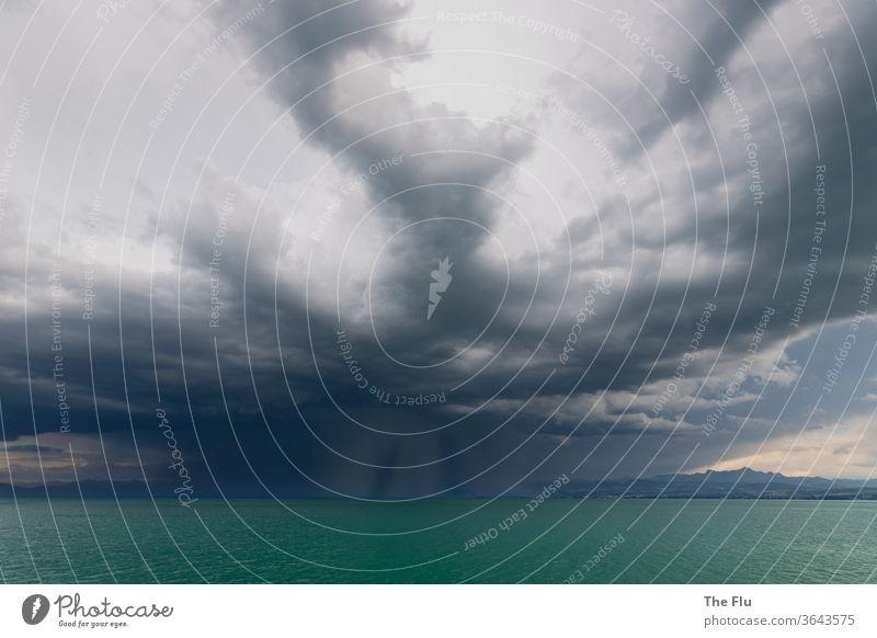 Gewitter über dem Bodensee Wasser Himmel Außenaufnahme Menschenleer Wolken Farbfoto See Berge u. Gebirge Regen Unwetter Gewitterwolken dunkel bedrohlich Umwelt
