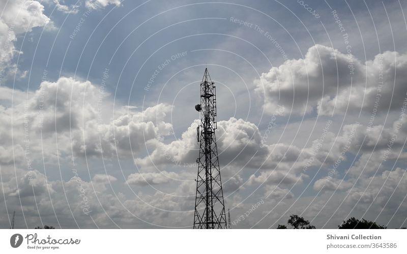 Fernmeldeturm mit blauem Himmel und flauschigen weißen Wolken abstrakter Hintergrund. Kopieren Raum Natur- und Umweltkonzepte. Drahtlos Gerät elektrisch Radio