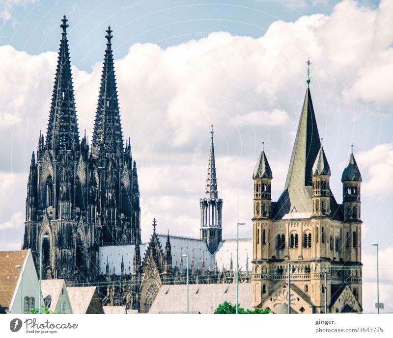 Kölner Kirchtürme - Dom und Groß Sankt Martin Kölner Dom Gross St. Martin Skyline Sehenswürdigkeit Wahrzeichen Stadt Außenaufnahme Farbfoto Kirche