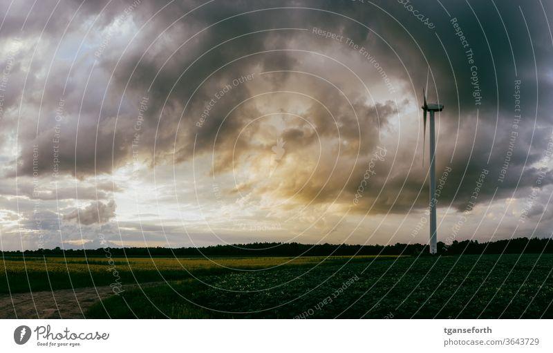 Sonnenuntergang vor Windkraftanlage windkraft Windkraftwerk Wolken Wolkenhimmel Wolkenformation Wolkendecke wolkenlandschaft Außenaufnahme Menschenleer Farbfoto