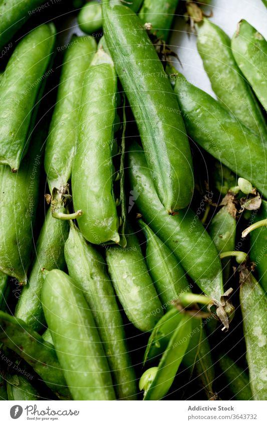 Makroaufnahme von oben von Zuckererbsen Erbsen grün Gemüse organisch Lebensmittel produzieren Ernte Veganer Diät Bestandteil Gesundheit Ernährung Hülse Frühling