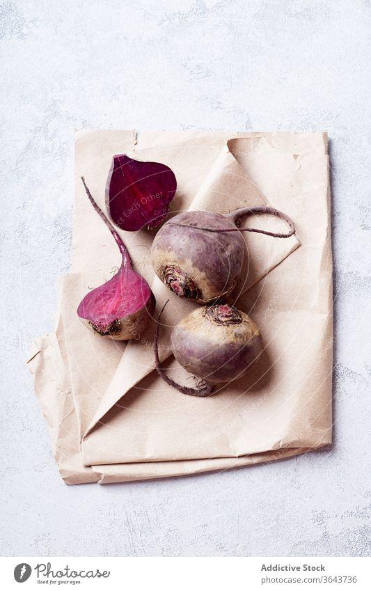 Frische ganze und in Scheiben geschnittene Rote Bete von oben betrachtet Rote Beete rot Gemüse Lebensmittel Saison produzieren Vegetarier Gesundheit natürlich