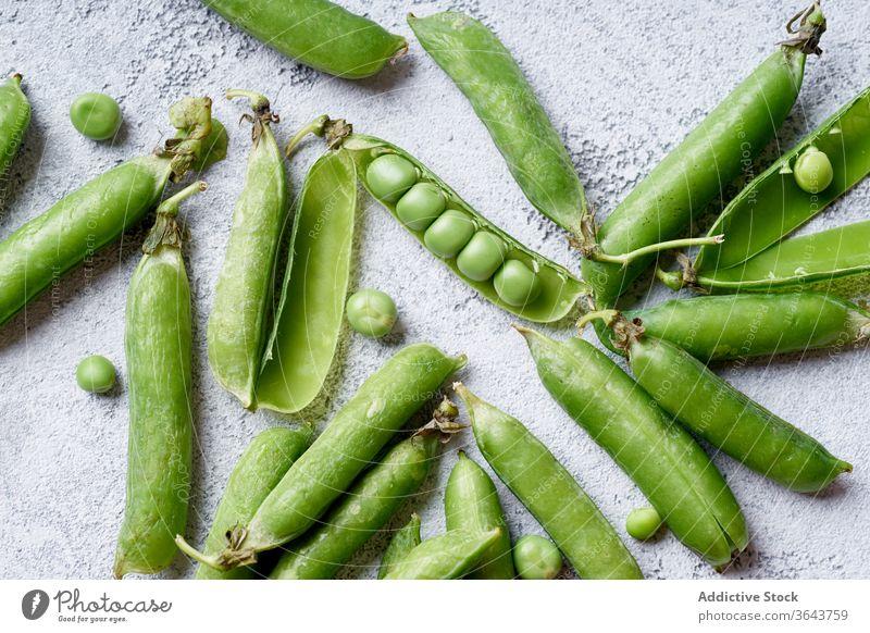 Draufsicht auf Süßerbsen mit geöffneter Hülse Zuckererbsen Erbsen grün Gemüse organisch Lebensmittel produzieren Ernte Veganer Diät Bestandteil Gesundheit