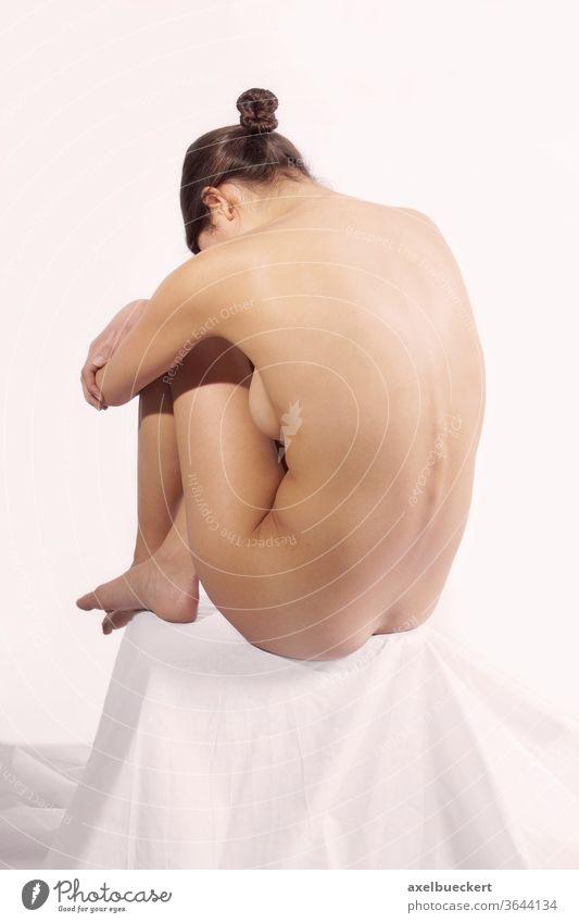 Rückansicht einer nackten Frau Rücken Weiblicher Akt Körper Schönheit Gesundheit Frauen Rückenschmerzen Anatomie Figur Gesundheitswesen Haut jung unverhüllt