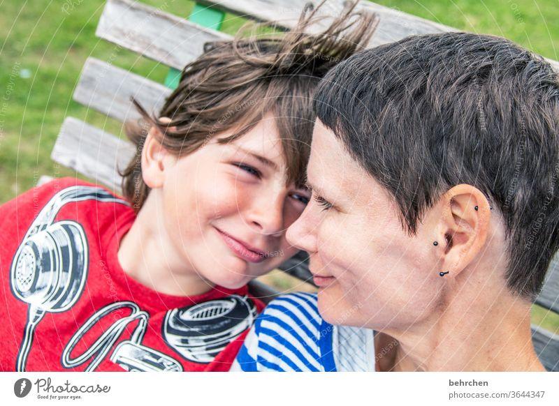 konform | gleiche gefühle Kontrast Sonnenlicht Unschärfe Porträt Licht Tag Nahaufnahme Außenaufnahme Farbfoto Mutterliebe Glück Fröhlichkeit Zufriedenheit