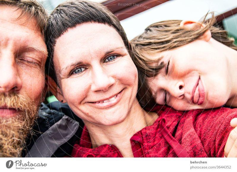 happy family Farbfoto Sympathie natürlich Mann Frau Gesicht Zusammenhalt selfie Porträt Schutz Vertrauen Geborgenheit Urlaub papa mama Fröhlichkeit Freude