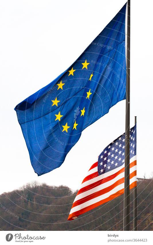 Flage der europäischen Union vor der Flagge der vereinigten Staaten von Amerika EU USA Flaggen Vereinigte Staaten von Amerika Europäische Union Identität Europa