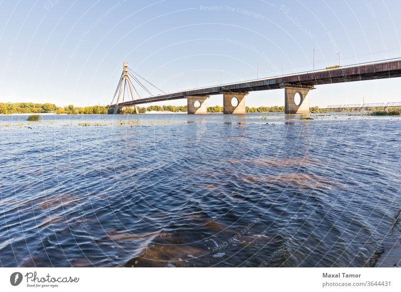 Blick auf die Moskowskij-Brücke in Kiew Ukraine Herbst Einfluss fallen grau liquide lang moscovsky moskowski die meisten natürlich Natur alt Panorama rosa