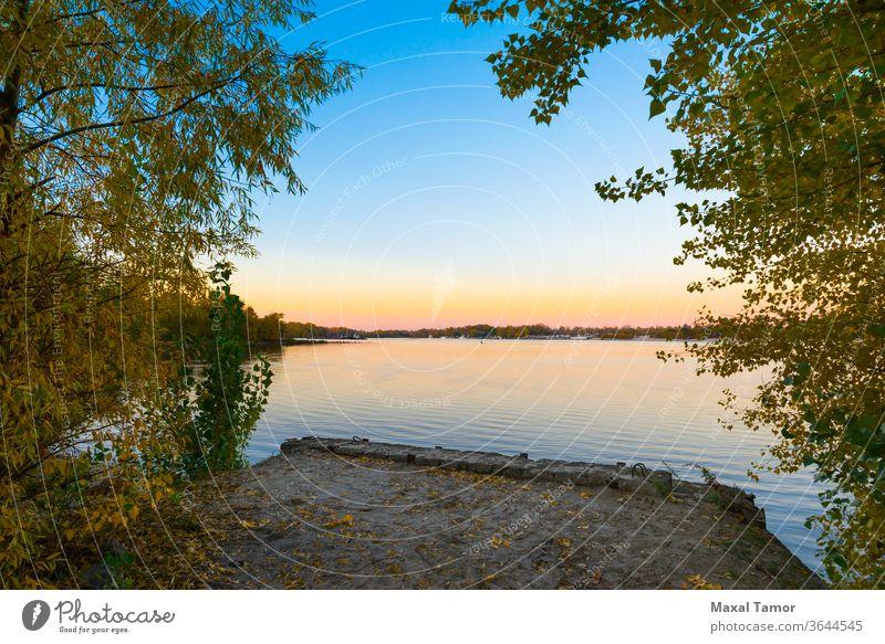 Der Dnjepr bei Dämmerung im Herbst Kiew kyiv Ukraine Bank Strand Windstille Abenddämmerung Saum Umwelt fallen Wald See Landschaft Blätter liquide natürlich