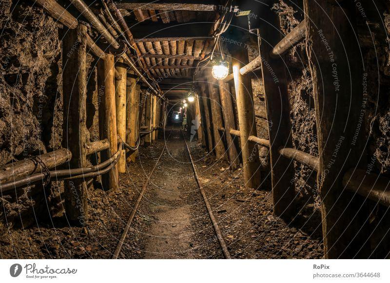 Stollen in einem historischen Berkwerk. Tunnel Bergwerk Unterführung Wagen Werkzeug Technik Infrastruktur Stadt Industrie Gewerbe Rohstoffe Besucherbergwerk