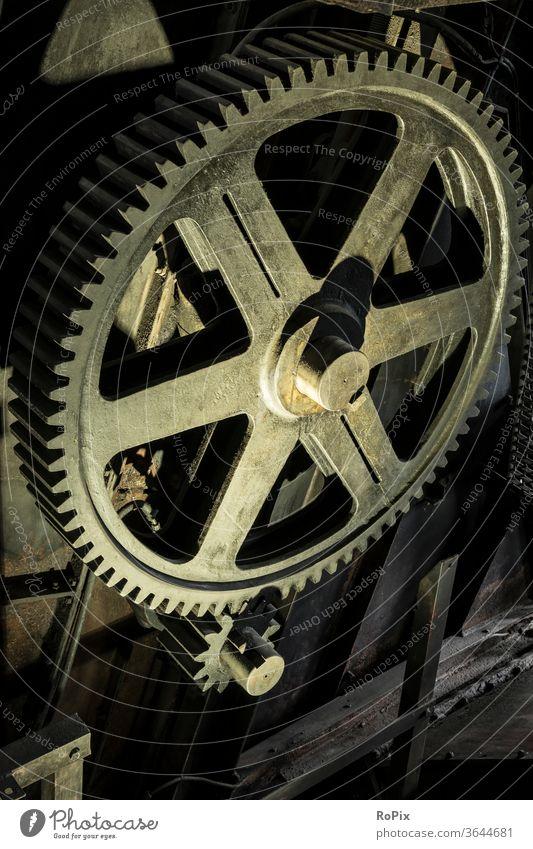 Historisches Stirnradgetriebe in einem Berkwerk. Getriebe Zahnrad gearing gearbox Mechanik Technik Maschine machine Struktur Verzahnung cogwheel gearwheel