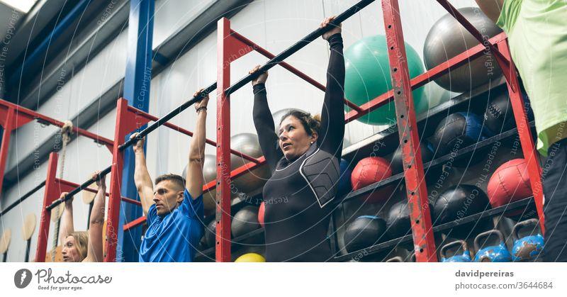 Athleten, die bereit sind, Klimmzüge in der Box zu machen Menschengruppe Ablage durchkreuzen passen erhängen Bar wod Training des Tages Übung Transparente