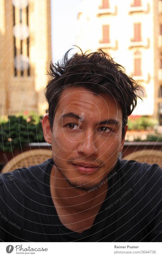 Junger Mann mit wilden dunklen Haaren in einem Café in Beirut, Libanon attraktiv lässig Nahaufnahme dunkles Haar eurasia eurasisch eurasischer Mann Gesicht Typ
