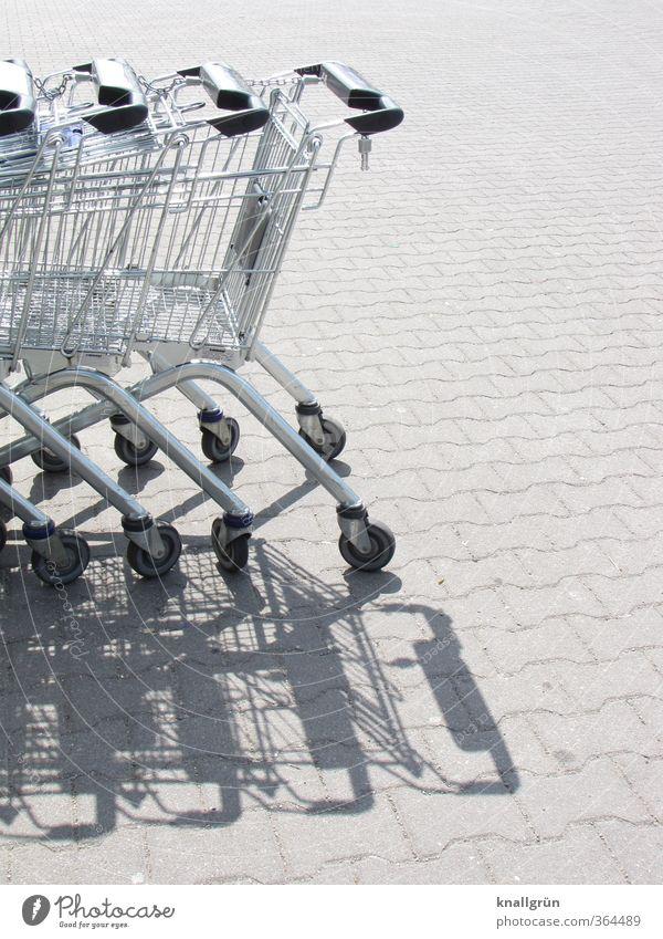 Parkplatz Stadt grau Zusammensein warten Ordnung stehen modern Platz kaufen Metallwaren Güterverkehr & Logistik Dienstleistungsgewerbe Reihe Mobilität silber