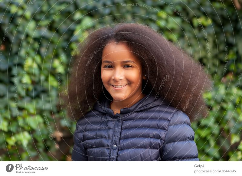Hübsches Mädchen mit langem Afrohaar und blauem Mantel Person Afro-Look Behaarung brünett Menschen Afrikanisch Porträt Glück Amerikaner Kind schwarz eine
