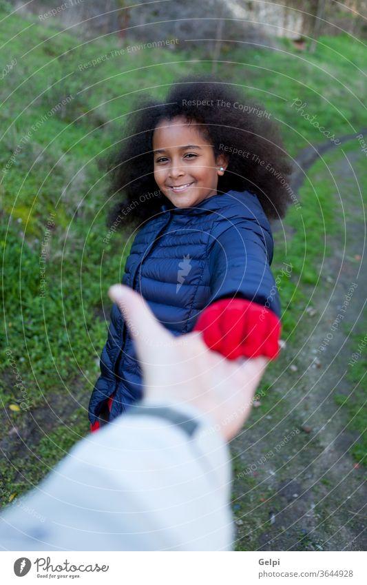 Afrikanisches kleines Mädchen schüttelt jemandem die Hand Person Afro-Look Behaarung lang brünett Unterstützung Pflege Menschen Familie Hände schütteln