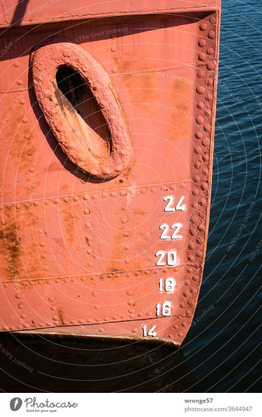 Schiffsbug und Tiefgangsanzeiger Wasserfahrzeug Schifffahrt Hafen Meer Außenaufnahme Farbfoto Menschenleer Tag Detailaufnahme rotbraun Boot alt