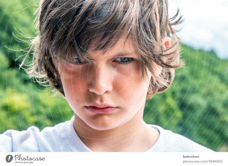 boah, lass es endlich! Farbfoto Familie genervt blaue augen Nahaufnahme Kind Junge Kindheit Gesicht Tag Licht Kontrast Porträt Sonnenlicht Haare & Frisuren