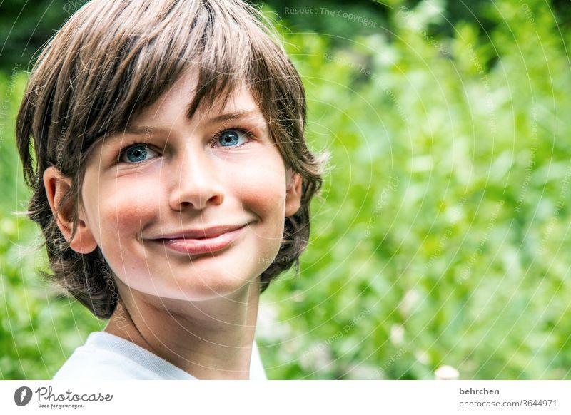 illusion | engel Glück Fröhlichkeit Zufriedenheit Liebe Lächeln lachen selbstbewußt träumen Familie & Verwandtschaft Sohn Haare & Frisuren Sonnenlicht Porträt