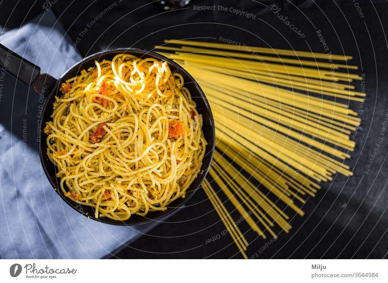Gekochte Spaghetti mit Spiegeleiern in der Pfanne Spätzle Lebensmittel Italienisch Mahlzeit Teller Küche Abendessen Nudeln Essen zubereiten Speise Gesundheit
