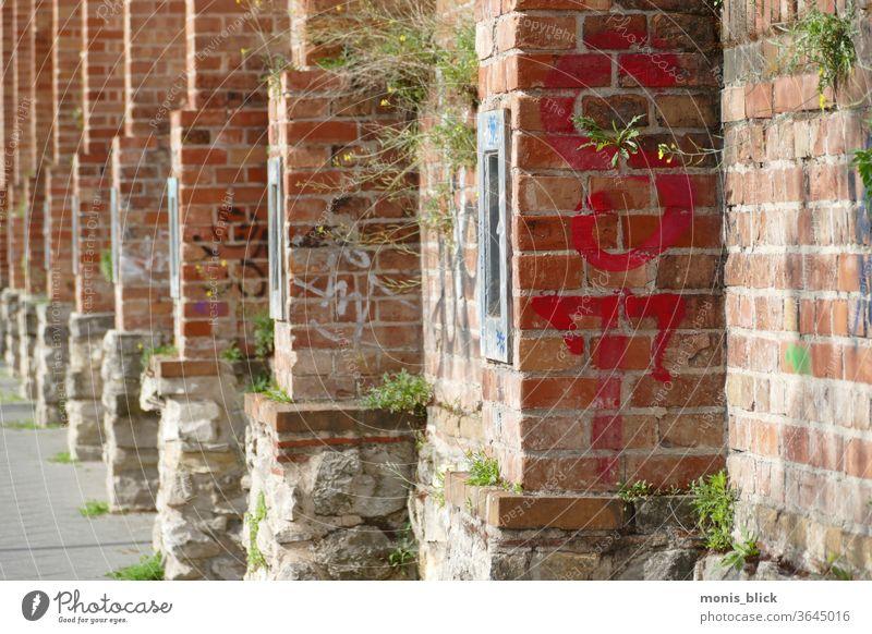 Mauer alte historische Gefängnismauer Sommer berlinmitte gefängnsmauer street urbane Städte zellenmoabit Wand Fassade Stadt Außenaufnahme Menschenleer Altstadt
