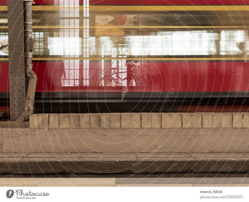 Warten auf die S-Bahn Berlin Langzeitbelichtung Mensch building light Licht warten bahnhof Eisenbahn Bahnsteig Nacht Ferien & Urlaub & Reisen Verkehrsmittel