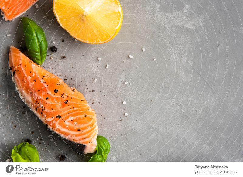 Lachsfiletstück mit Zitrone, Salz Fisch Lebensmittel Filet roh frisch Gesundheit Steak Meeresfrüchte Essen zubereiten Scheibe Nahaufnahme MEER Paprika Omega