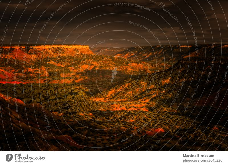 Die letzten Sonnenstrahlen des Tages treffen auf den Palo Duro Canyon Sonnenuntergang Schlucht palo duro im Freien Natur USA Landschaft reisen Erosion natürlich