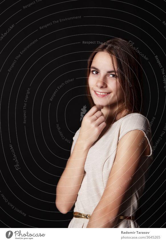 junges, schönes, lächelndes Mädchen in einem hellen Kleid Frau Porträt Behaarung Schönheit Frisur Atelier elegant attraktiv hübsch Gesicht Erwachsener Kaukasier