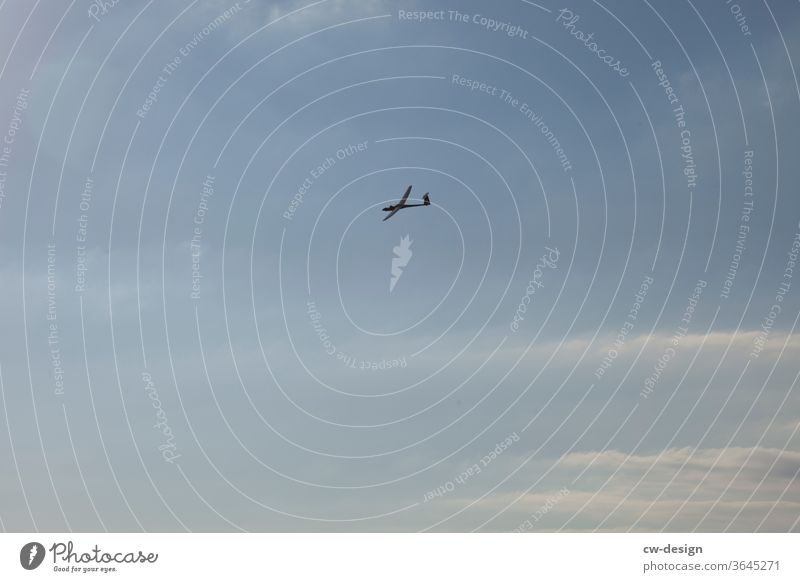 Segelflieger über Dornbirn Blauer Himmel blauer Himmel mit Wolken Sonnenuntergang Sonnenuntergangshimmel Sonnenuntergangsstimmung Flugzeug fliegen Segeln