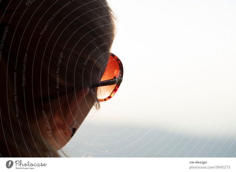 Lieblingsmensch mit Sonnenbrille im Sonnenschein Frau glücklich Glück Porträt Farbfoto Lächeln Freude Mensch Fröhlichkeit Lifestyle Blick Junge Frau